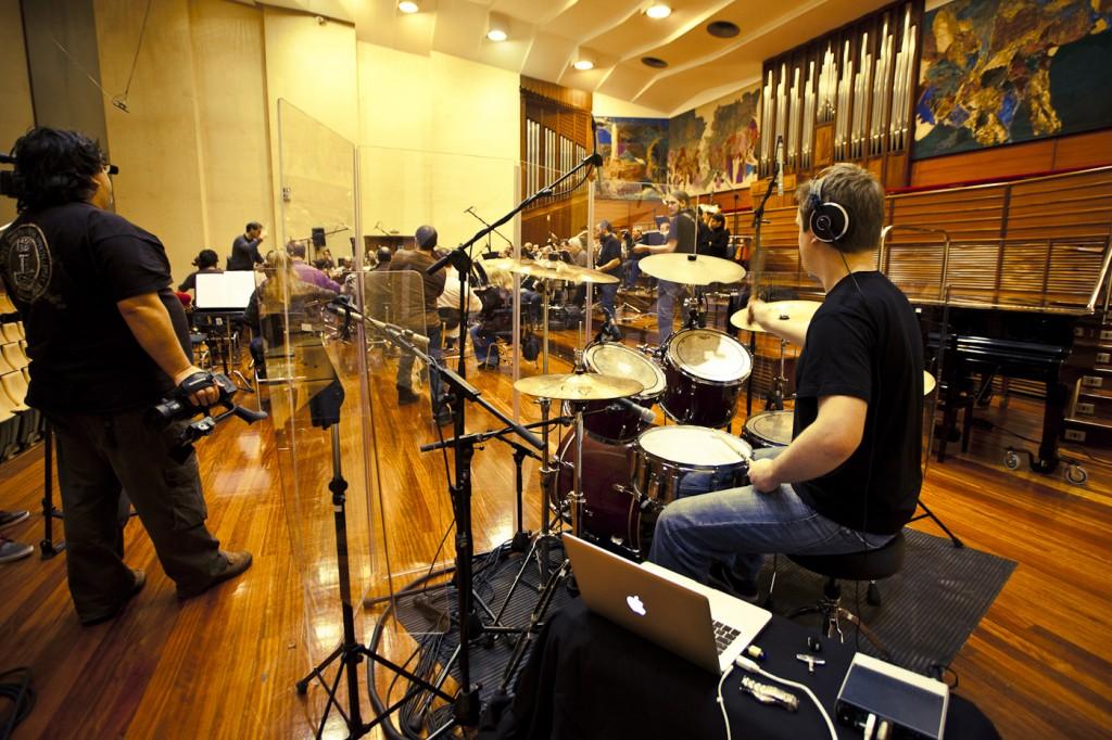 Grabación. Pol Merino (batería de La Fonda) en primer plano con la O.S.E y la banda (Foto: Paula Arbide)