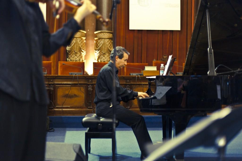 """El pianista Javier González Sarmiento interpreta variaciones de """"Apaga la luz y verás"""" (Foto: Paula Arbide)"""