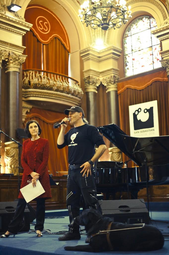 Ibón Casas presenta su proyecto Dametvision ante la atenta mirada de Carmen Garmendia (Foto: Paula Arbide)