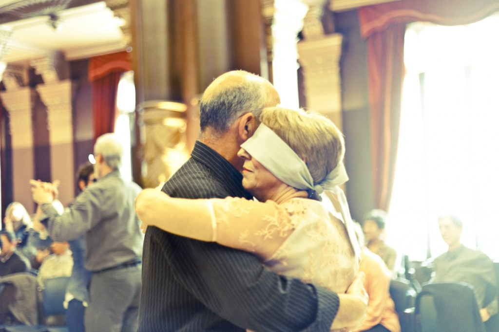 Pareja bailando tango a ciegas (Foto: Paula Arbide)