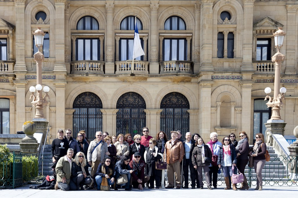 Foto de familia de F.A.R.P.E en la fachada del Ayuntamiento S. Sebastián (Foto: Paula Arbide)