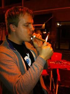 Pol Merino disfrutando de un buen habano