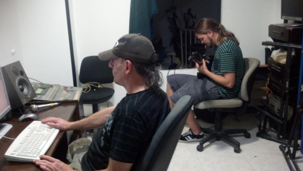 Trabajando en el estudio de grabación con Eltxo (Foto: Alberto Fernández)