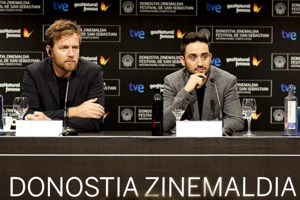 J.A.Bayona y Ewan Mc Gregor escuchan la pregunta de Ibón (Foto: Paula Arbide)