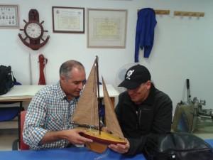 Reconociendo un barco en miniatura con Floren Probanza (Foto: Ana Muñoz)