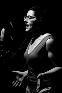 """Mª José Acevedo graba su versión de """"Apaga la luz y verás"""" (Foto: Paula Arbide)"""