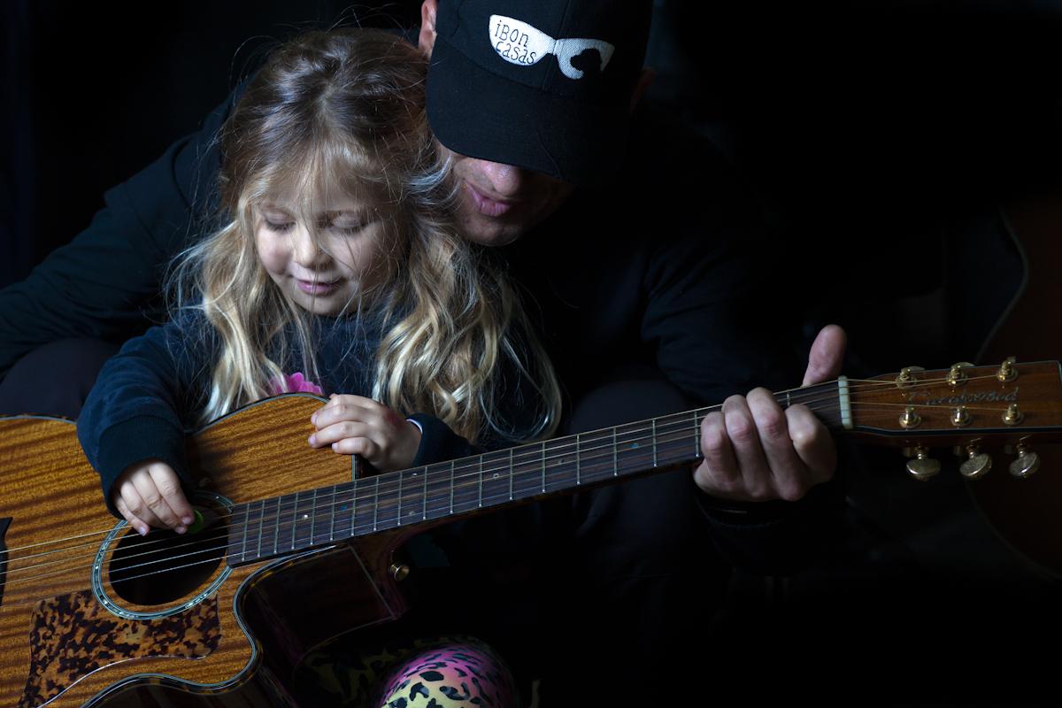Ibón e Indira. Una guitarra, una púa y tres manos Foto: Paula Arbide
