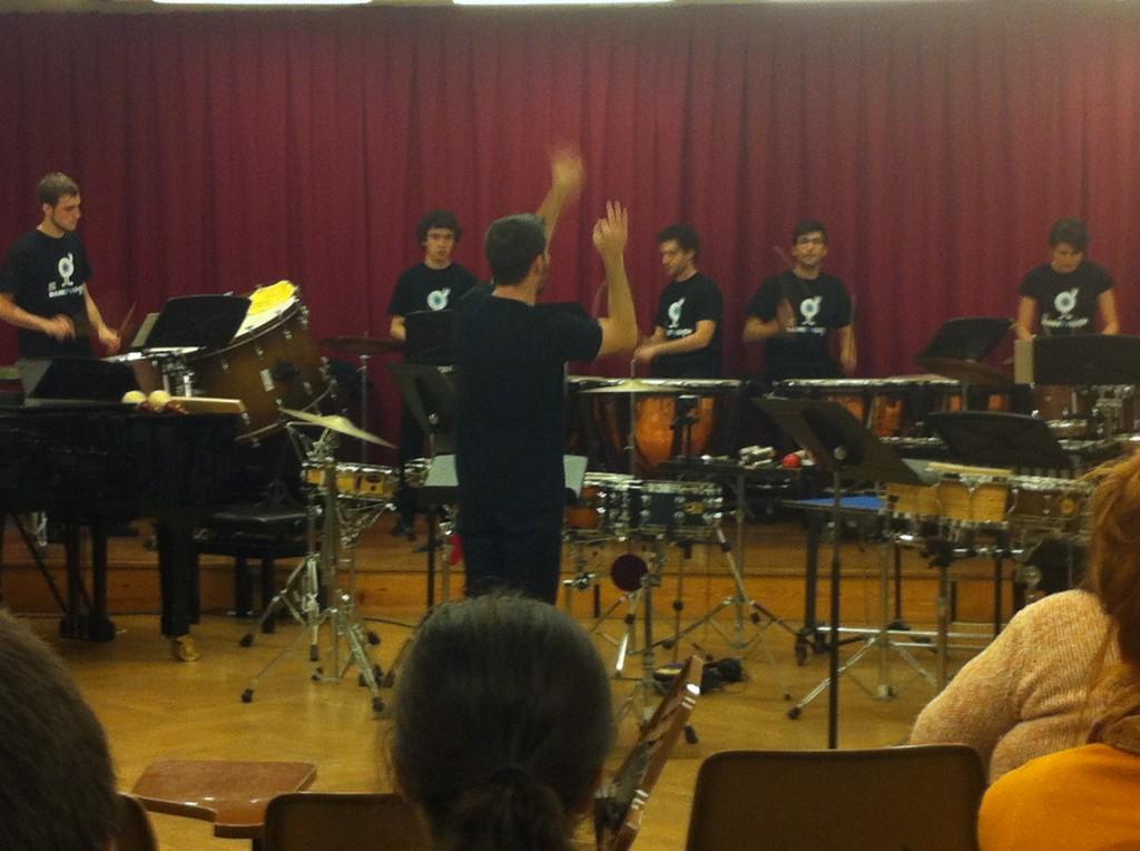 Antonio Domingo dirige a sus alumnos de percusión en Musikene Foto: Eltxo
