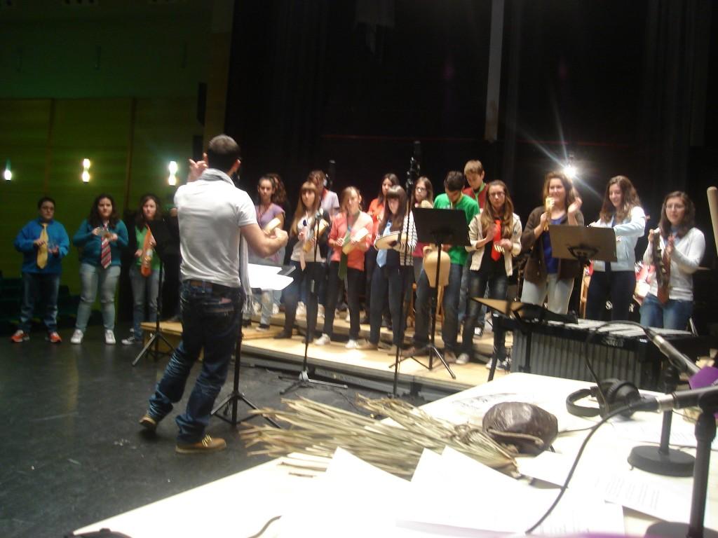 Antonio Domingo en una actuación con algunos de sus alumnos (Foto: María José Acevedo)