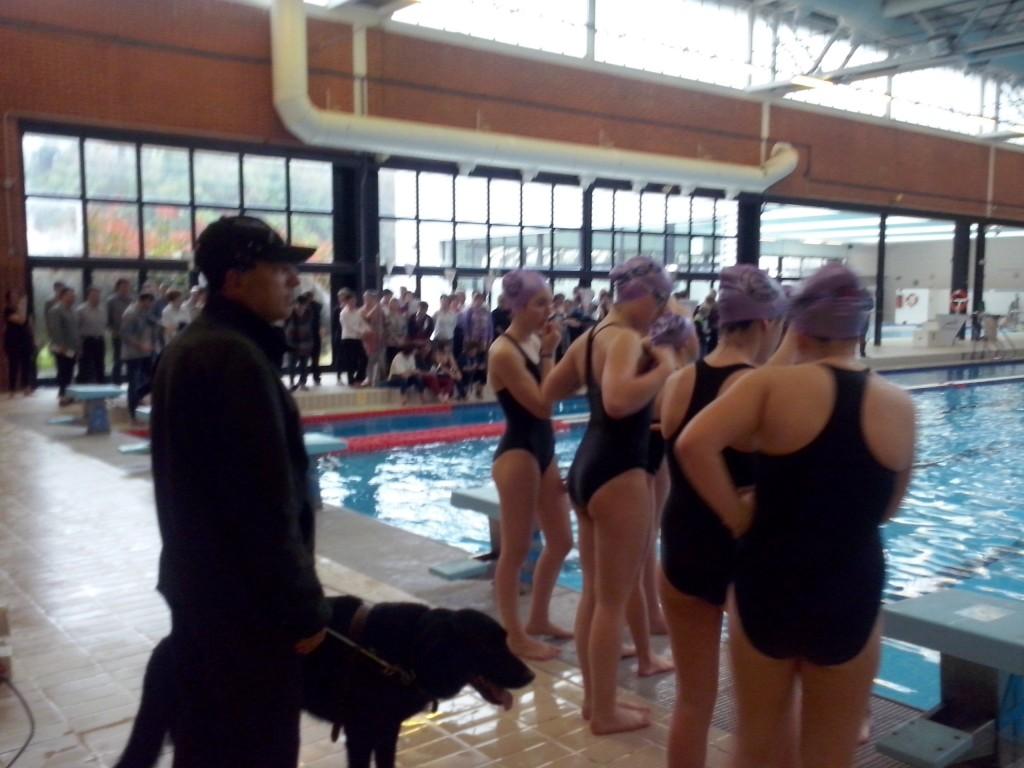Ensayo Apagasincro. Ibón y Roger con nadadoras y coros al fondo Foto: Ana Muñoz