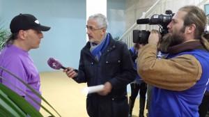 Atendiendo a la prensa  Foto: Mª José Acevedo