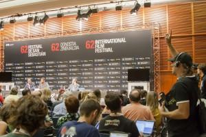 Ibón preguntando por el cine accesible en cada rueda de prensa Foto: María Ona