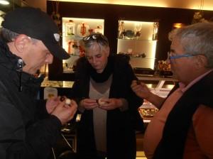 Ibón y Errai escuchan las explicaciones de Koldo Salinas Foto: Ana Muñoz