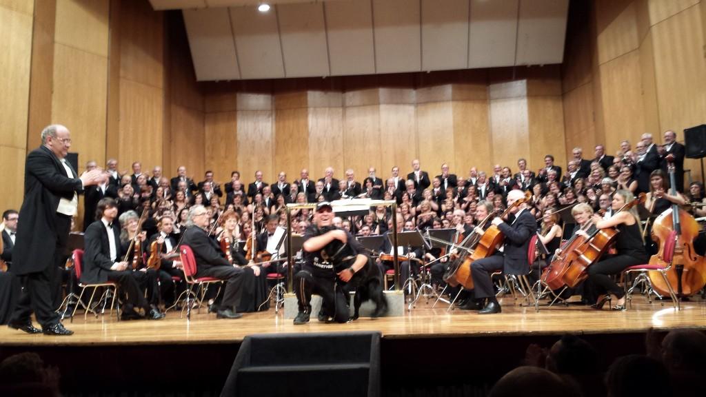 Ibón Casas en el Teatro García Barbón junto a la Coral Casablanca de Vigo y Orquesta Foto: M.José Acevedo